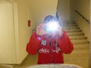 Photo: A peine levé, Justin pense au selfie. Pas terrible avec le flash.