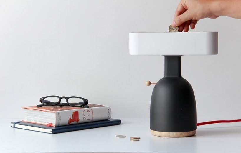MOAK Studio ha diseñado esta lámpara que necesita monedas para activar sus bombillas