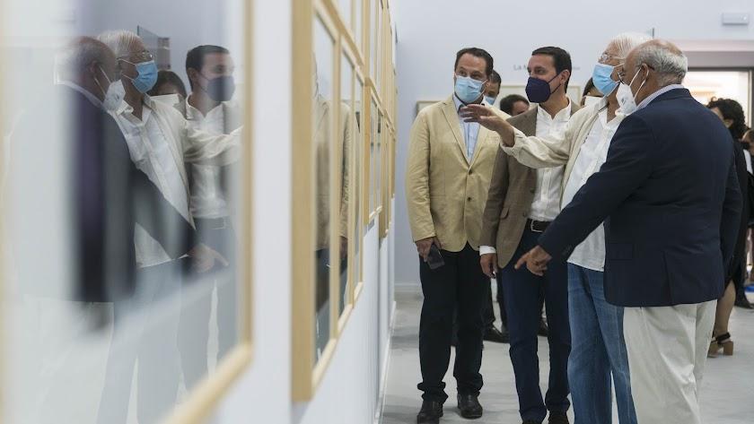 Carlos Pérez Siquier ofrece explicaciones sobre su obra en el museo con su nombre en Olula del Río.