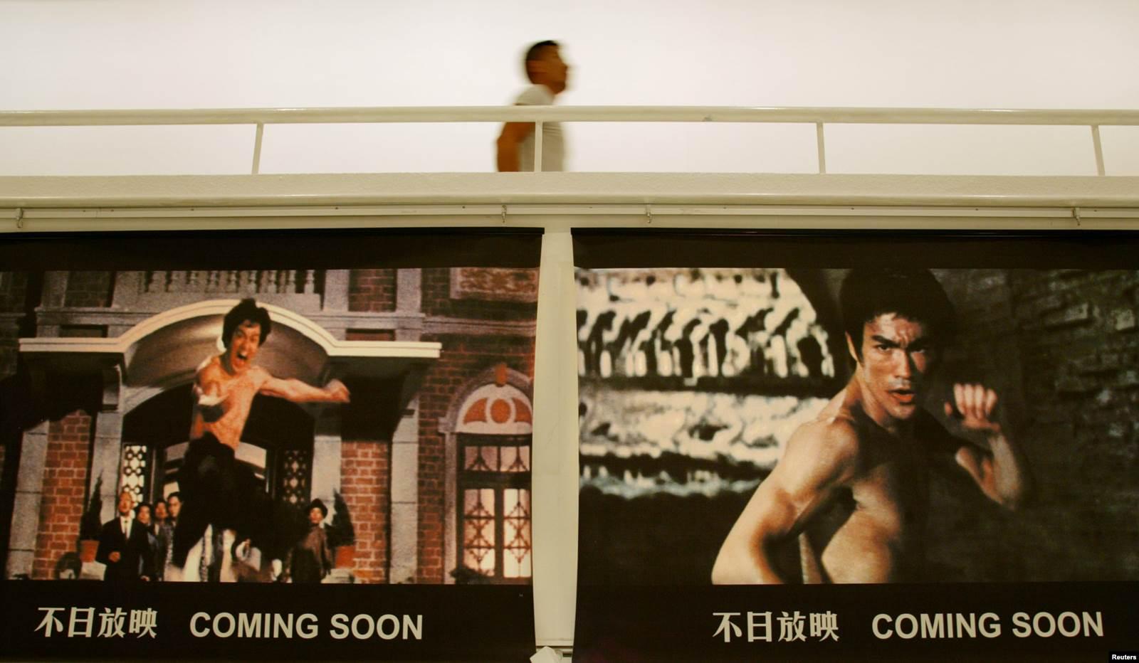 Брюс Ли умер в 1973 году, но культовые фильмы с его участием в СССР смотрели и в 80-х, и в 90-х. Сложно представить себе раздевалку клуба карате без постера с Брюсом Ли. (На фото: анонс открытия выставки в Гонконге к 30-й годовщине смерти актера)