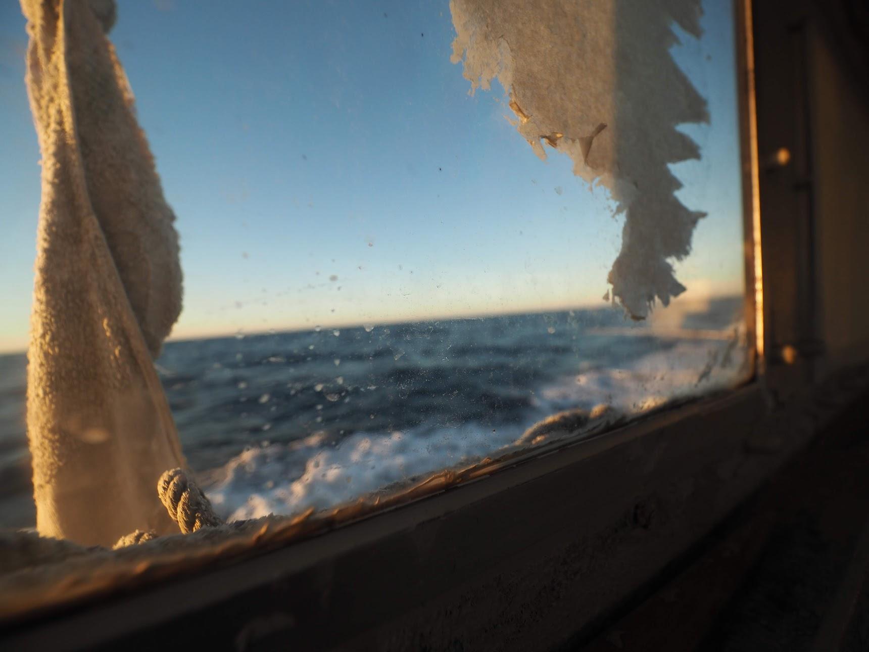 船内から外を見る