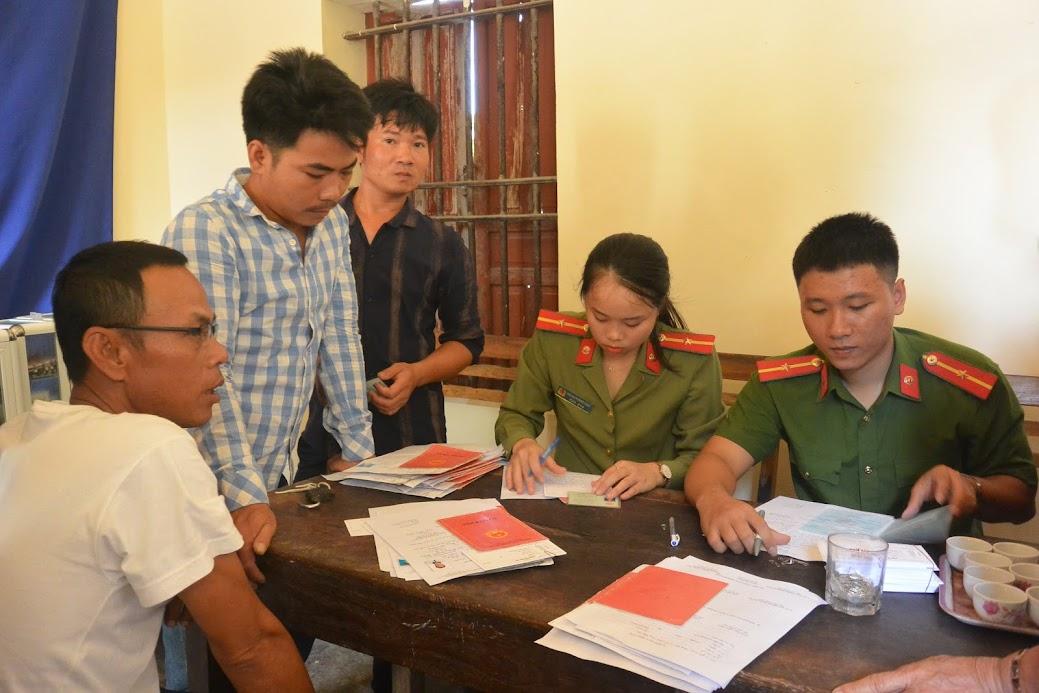 Đoàn viên thanh niên Công an TX Hoàng Mai xuống địa bàn làm thủ tục cấp CMND miễn phí cho nhân dân