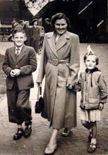 Photo: Lute en Hennie en hun moeder Marchien Hilberts-Boelens (foto uit 1957)