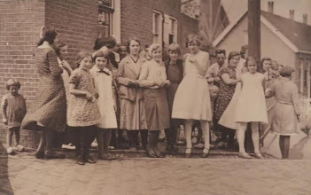 Photo: Foto in Buitendams links het kleine meisje Jaantje?  en 4e van links Miep