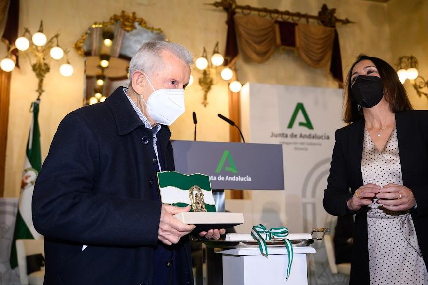 Jesús Peregrín recoge su reconocimiento de manos de la presidenta del Parlamento andaluz