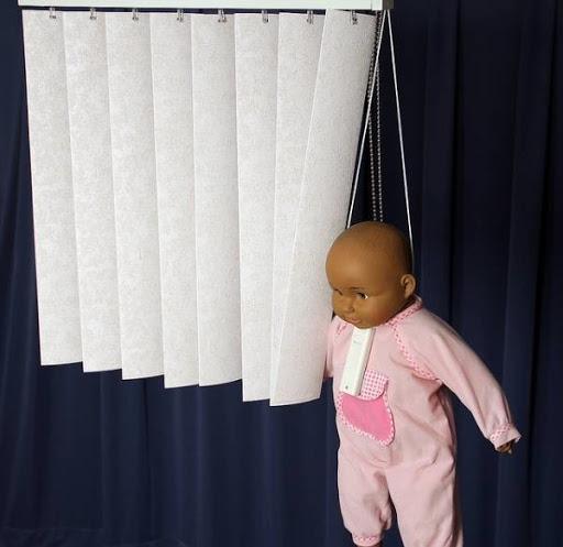 siết cổ bằng dây rèm cửa sổ