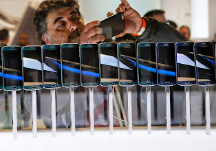 Photo: A row of Galaxy S6 edge smartphones are seen on display at the Samsung Galaxy Unpacked event before the Mobile World Congress in Barcelona March 1, 2015. Samsung unveiled its latest Galaxy S smartphones featuring a slim body made from aircraft-grade metal, in a bid to reclaim its throne as undisputed global smartphone leader from Apple.  REUTERS/Albert Gea (SPAIN  - Tags: BUSINESS TELECOMS SCIENCE TECHNOLOGY)