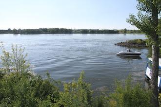 Photo: Mohutný tok Dunaja, vpravo prístavisko hausbótov