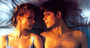 Victoria Abril y Jorge Sanz  se miran, tumbados en la cama, en una escena de 'Amantes'  de Vicente Aranda.
