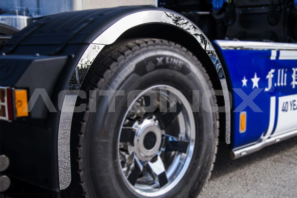 Parafango posteriore in acciaio inox super mirror (aisi 304). Il kit include 6 pezzi, 3 per il lato destro e 3 per il lato sinistro, e sono dotati di bi-adesivo per facilitare il fissaggio.