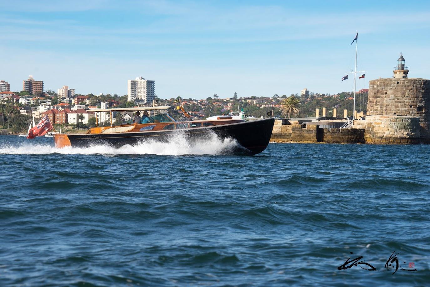 フォート・デニソン島を横切るボート