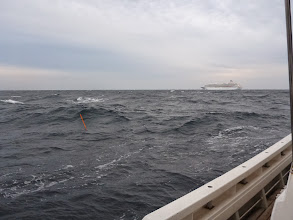 Photo: ん?近くを大きい船が!