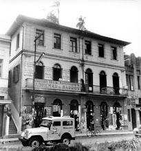 Photo: Prédio aonde funcionava o Partido Social Progressista em plena época de campanha eleitoral. No térreo, lojas de comércio variado. Foto sem data