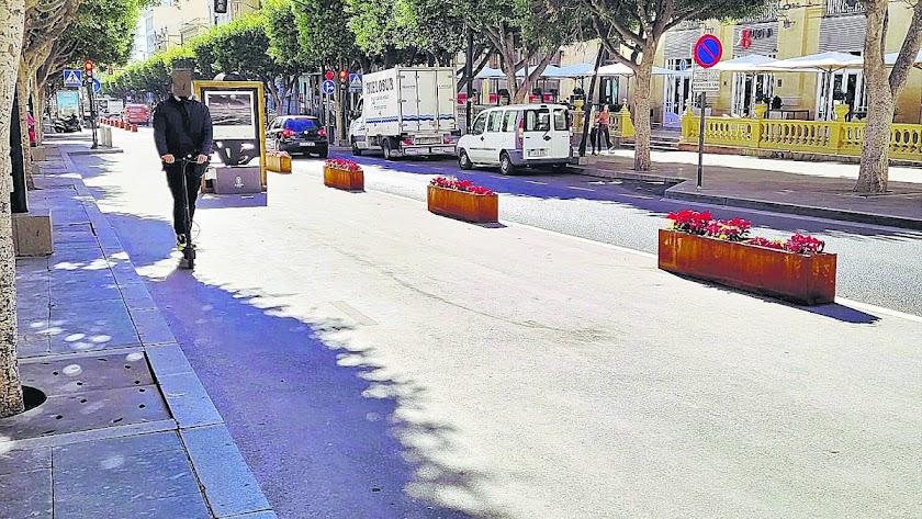 Usuario de patinete eléctrico circulando por el carril saludable del Paseo de Almería