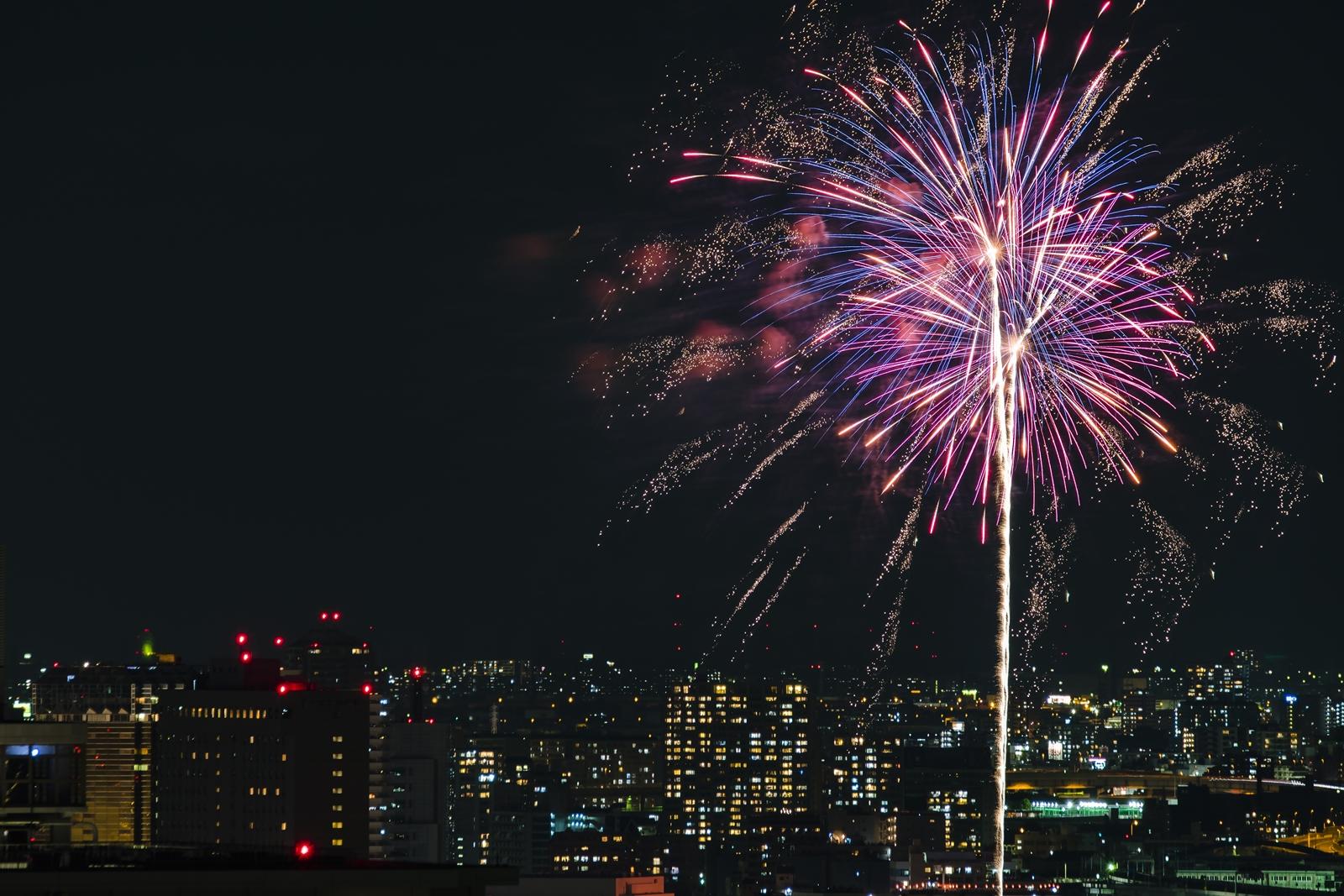 Photo: 「都市を彩る夏の花」 / Fireworks light up the city.  昨日、30日は隅田川の花火大会でした。 例年なかなか都心まで花火を見に行くことが無かったのですが、 今年は素敵な場所に招待していただくことができて、 美味しい料理や美味しいお酒をいただきつつ、 東京の空を染める 夏の花をのんびりと眺めることができました♪ 明日からは8月へと変わり、 いよいよ夏本番ですね☆  Sumida River fireworks festival. (第39回隅田川花火大会)  Nikon D500 SIGMA 150-600mm F5-6.3 DG OS HSM Contemporary  #nikon #sigma #nightview #landscape #tokyo  ( http://takafumiooshio.com/archives/2758 )