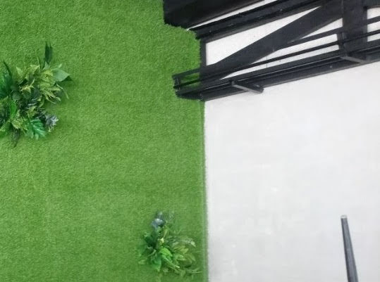 Phí tổn bảo trì thảm cỏ nhựa có đắt đỏ hơn cỏ thiên nhiên