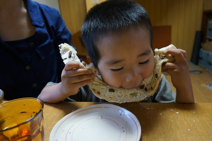 次男のパンの食べ方、ひげパン?