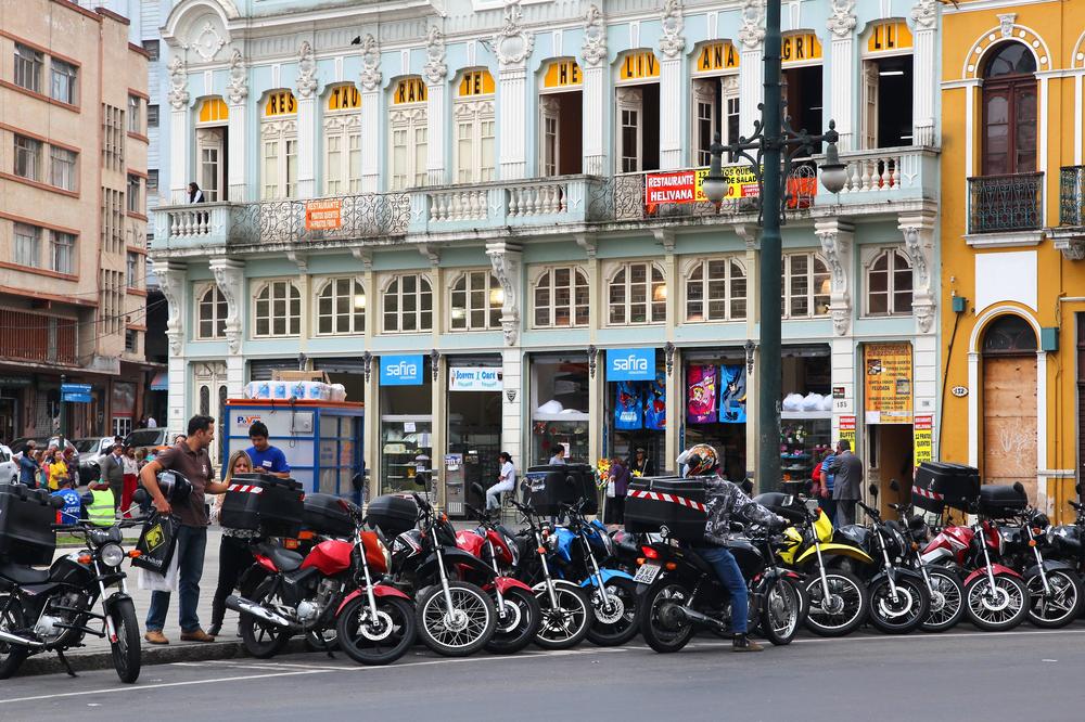 Motocicleta tem sido aposta comum diante da ineficiência do transporte coletivo. (Fonte: Shutterstock)