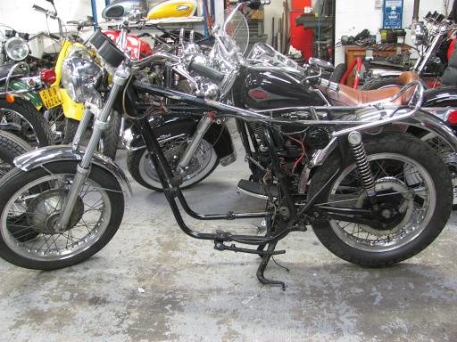 La partie cycle de Triumph Hurricane pendant sa restauration.