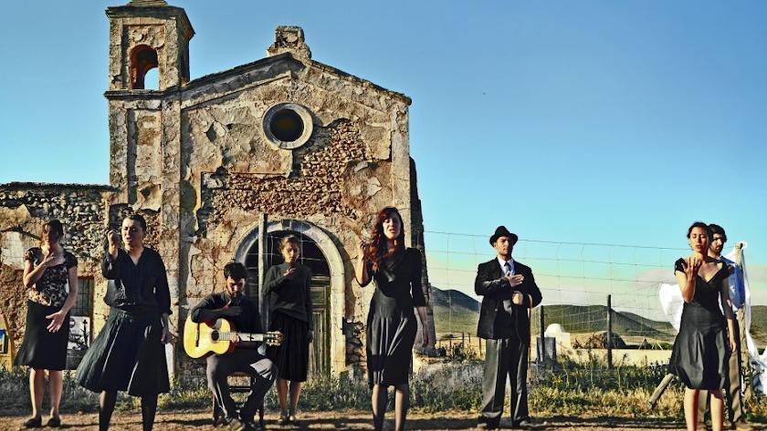 Detalle de la portada de la antología, encargada a la asociación Posidonia. Es una fotografía tomada en el Cortijo del Fraile.
