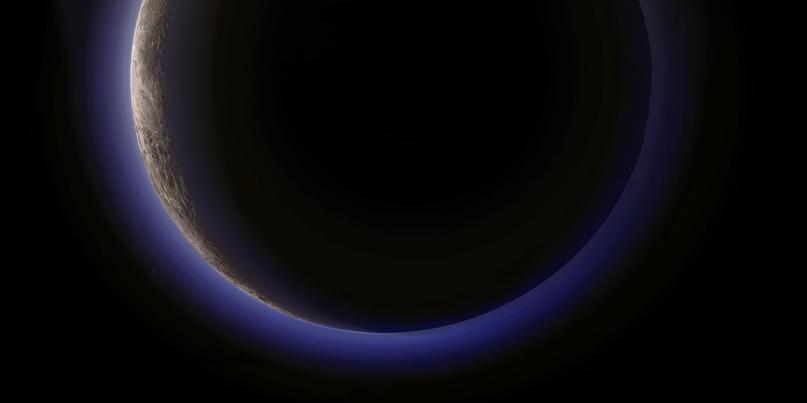 Дымка Плутона. В июле 2015 года космический аппарат НАСА New Horizon совершил полет в сторону Плутона, и результаты его наблюдений сильно удивили ученых. Оказалось, что поверхность планетоида намного более пестрая, чем исследователи могли себе представить, и вскоре стало ясно, что атмосфера в лучах солнечного света такая же голубая, как и небо Земли