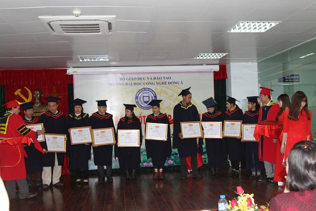2 thầy Phó Hiệu trưởng nhà trường trao giấy khen và bằng cho các sinh viên xuất sắc.