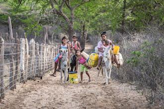 Photo: La niñas van por el agua - comunidad de Jawapiakat - Maicao
