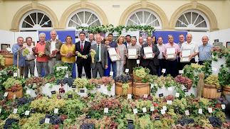 El bodegón con las 60 variedades de uva de mesa y los parraleros homenajeados.