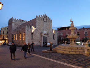 Photo: Taormina's Duomo gets dressed for Christmas