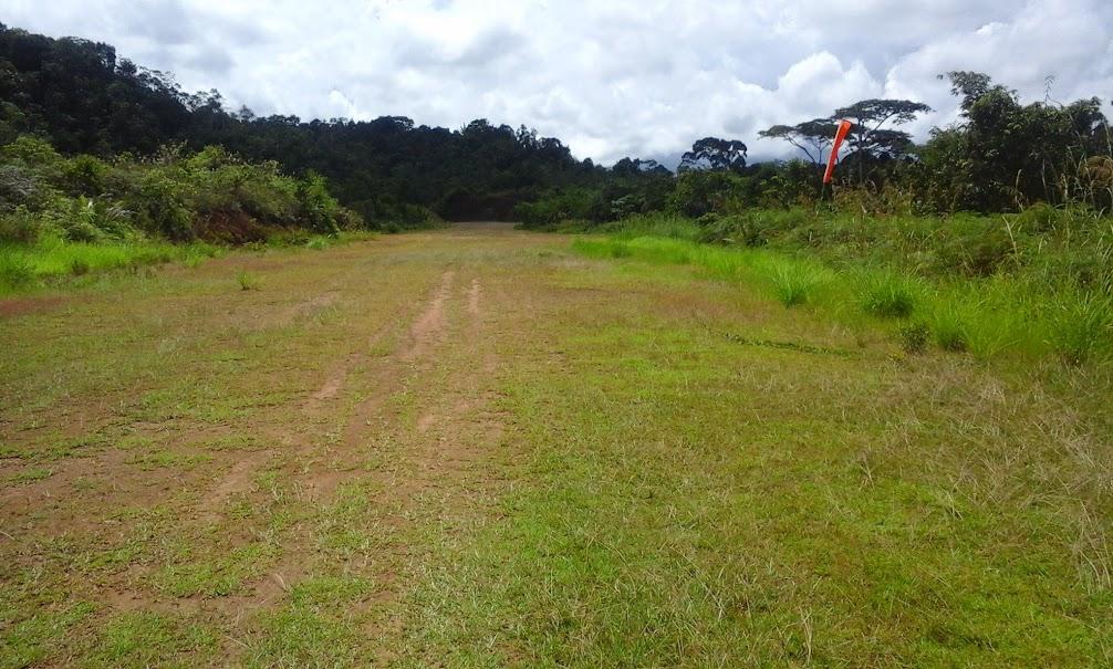 Landasan pacu Desa Long Nawang yang hanya berupa tanah dan masih minim fasilitas. Kondisi ini seragam di hampir seluruh landasan pacu di desa-desa Apau Kayan. (Foto: Yudha PS)