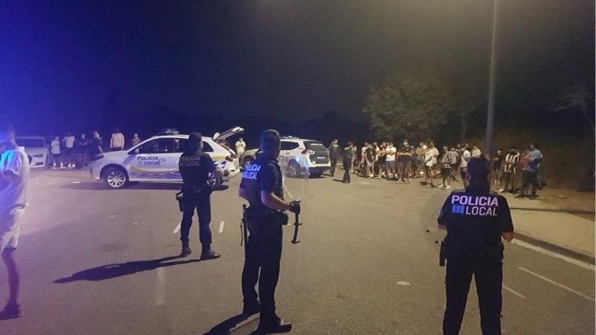 La Policía desaloja un botellón en el que participaban casi medio centenar de personas en Felanitx (Mallorca).