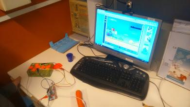 Photo: Une manette de jeu réalisée avec de la plasticine, une carotte et la boite du Makey-Makey.