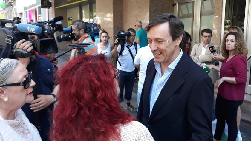 Rafael Hernando, ante la puerta de la sede del PP de Almería.