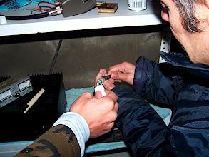 Photo: Jose & Juan arreglando el PL-259 de la antena