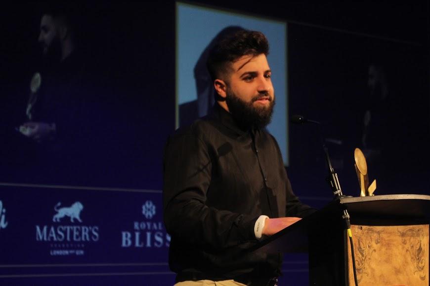 El galardonado, tras recibir su premio de la Noche Almeriense, durante su intervención.