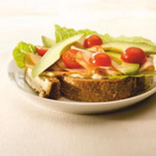 Rijk Belegde Boterham Met Kipfilet, Avocado En Tomaat