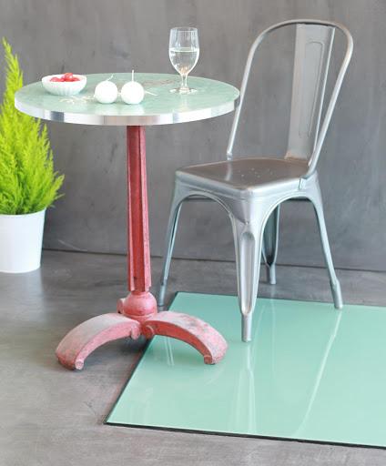 table-bistrot-parisien-plateau-en-beton-cire-avec-incrustation-de-logo-cafe-bar-restauration-hotellerie-paris-les-betons-de-clara