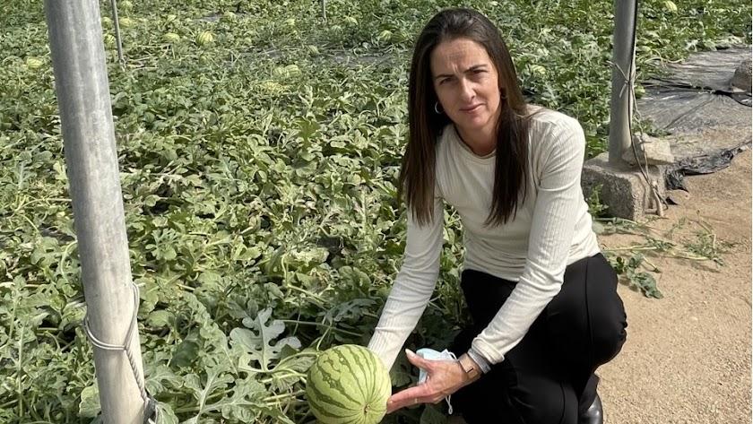 La delegada de Agricultura, Aránzazu Martín, en una finca de sandías