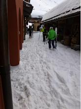Photo: Accès aux pistes après une nuit de grosses chutes de neige ! La piste est au fond, après le porche.