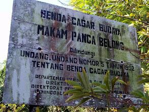 Photo: Papan pemberitahuan di depan Makam Panca Belong di Sanrobone, Takalar. http://nurkasim49.blogspot.gr