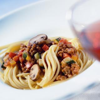 Spaghetti Bolognese mit frischem Gemüse