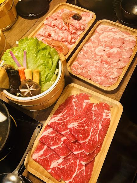 服務態度很好,打卡送的肉品也很澎湃,湯頭美味,牛奶小熊也很可愛,萌萌噠