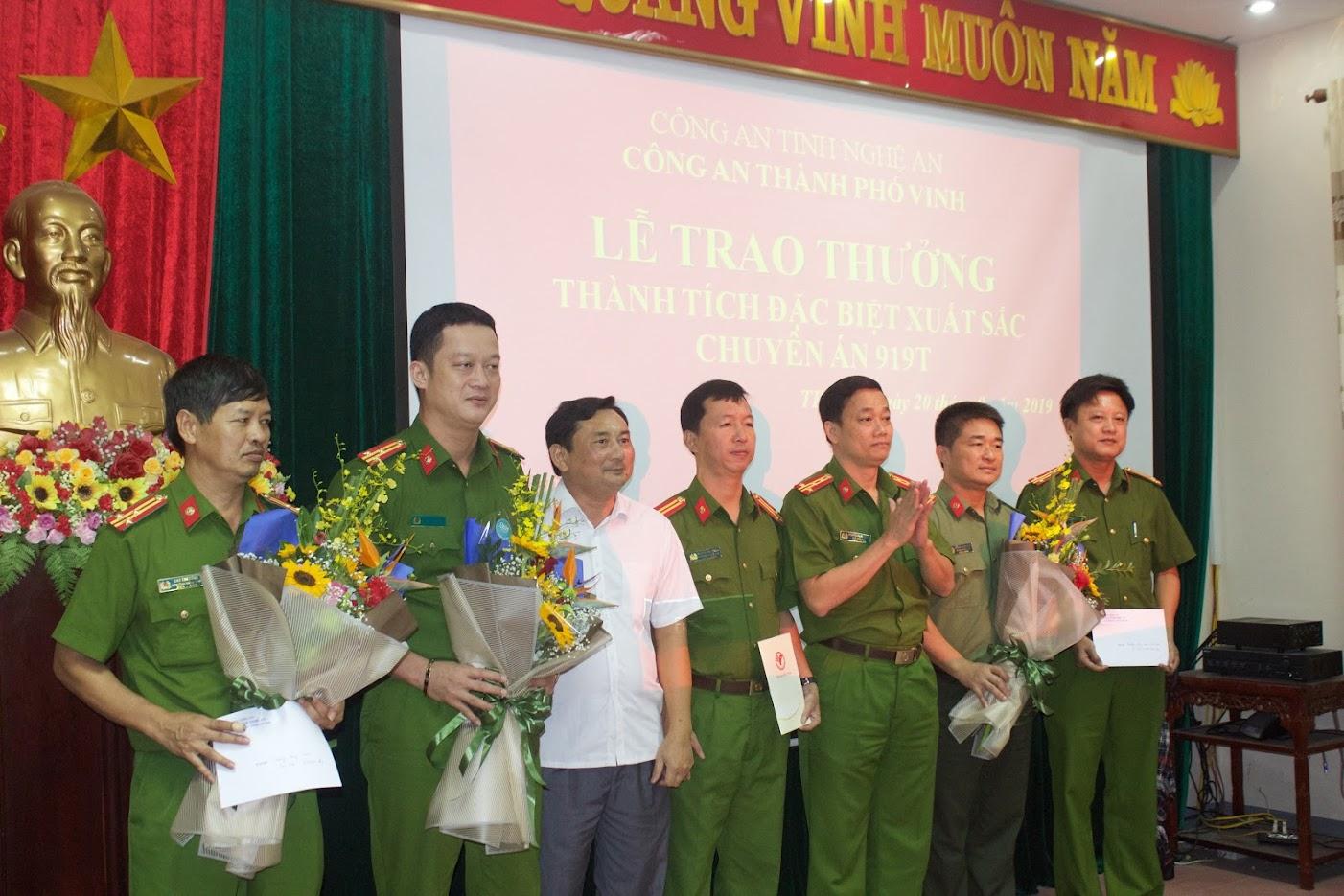 Đ/c Đại tá Nguyễn Mạnh Hùng, Phó Giám đốc Công an tỉnh và đồng chí Đậu Vĩnh Thịnh, Phó Chủ tịch UBND TP Vinh trao thưởng cho đại diên Ban chuyên án 9191T.