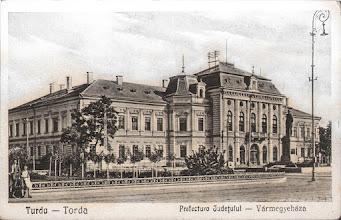 Photo: Prefectura  judetului - din prima jumatate a sec. XX ( dupa anul 1930 anul in care a fost ridicata statuia lui Dr. Ioan Ratiu )  clădirea Primăriei Municipiului Turda. A fost construită între  anii 1884-1886 de către antreprenorul Gyula Hórvath, după  planurile arhitectului Halmai Andor, în stil neorenascentist.  A fost inițial sediul Prefecturii comitatului Turda-Arieș.  La 15 noiembrie 1885 a fost finalizată construcția clădirii,  iar la 13 februarie 1886 s-a dat oficial în funcțiune. sursa: http://omeka.bjc.ro/omeka/files/original/1/278/bjc_cs_cpo_turda_14013.jpg imagini vechi, R.C. https://imaginivechi.files.wordpress.com/2010/06/081-primaria1935.jpg