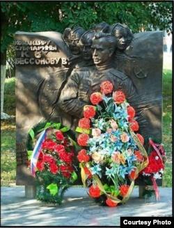 Памятник командиру К-8 Всеволоду Бессонову в средней школе, носящей его имя, город Льгов, Курская область