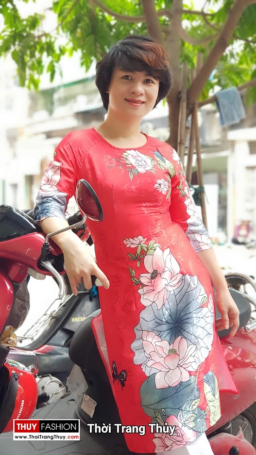 Áo dài cách tân vải gấm hoa sen màu đỏ thời trang thủy đà nẵng