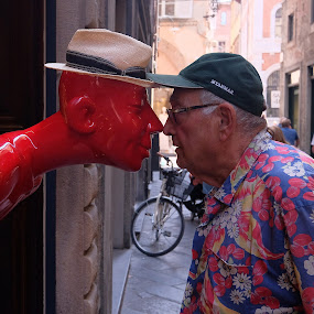 nose to nose; by Fred Goldstein - People Street & Candids ( humour, lucca, street, funny, italy, portrait )