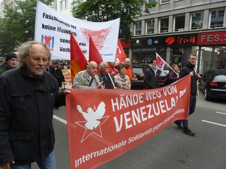 1. Mai: Demonstrierende mit roten Fahnen, Transparente: «Hände weg von Venezuela!» und «Faschismus ist keine Meinung, sondern ein Verbrechen!».