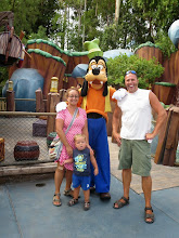 Photo: Disneyland - Posing with Goofy