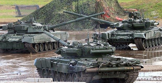 Российские танки серии Т-90 во время военного шоу на аэродроме под Москвой